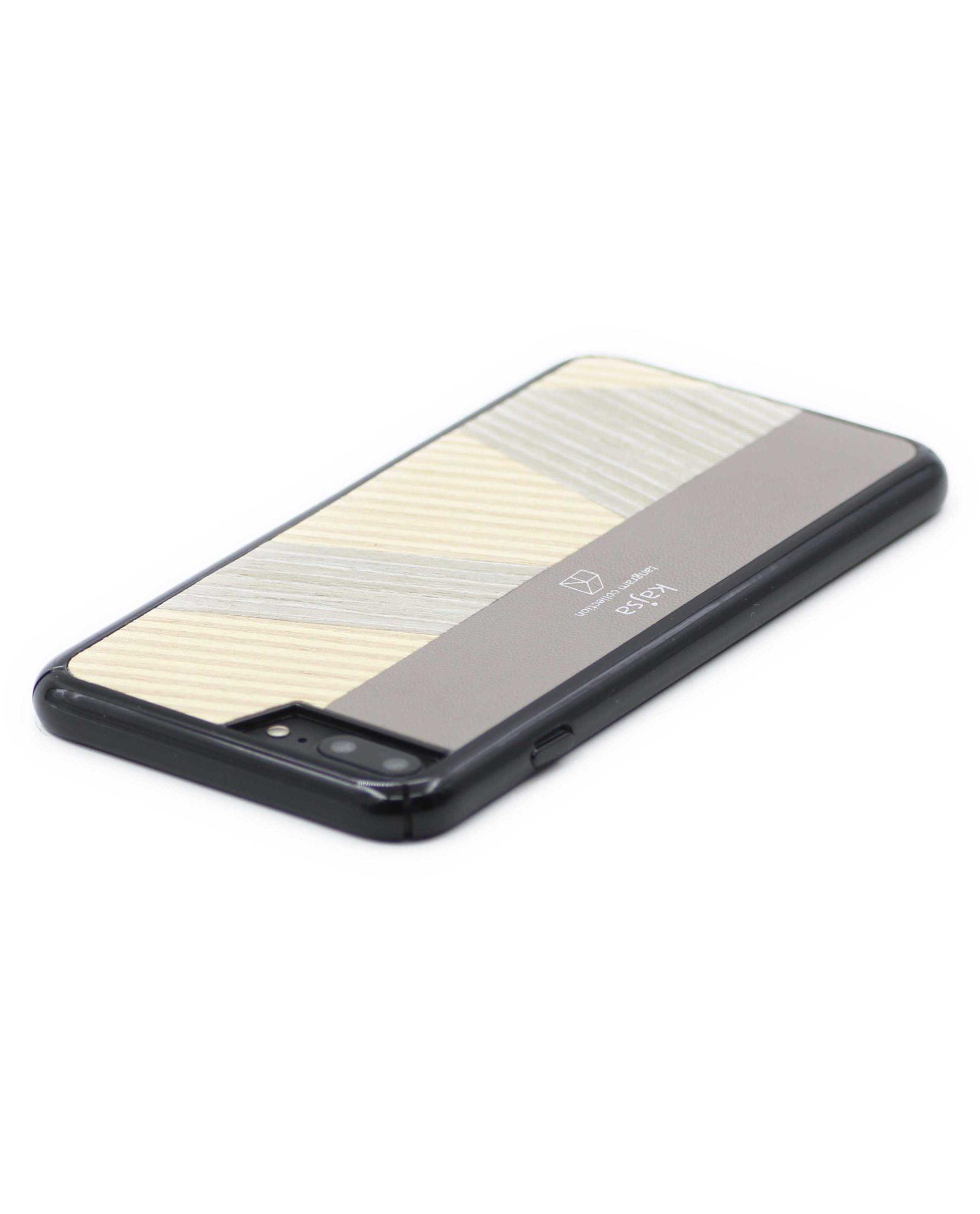 Perspektivisches Foto einer beige Schutzhülle Case aus echtem Holz kombiniert mit echtem Leder, die auf einem Tisch liegt, für das iPhone 8 Plus, das iPhone 8, das iPhone 7 und das iPhone 7 Plus.