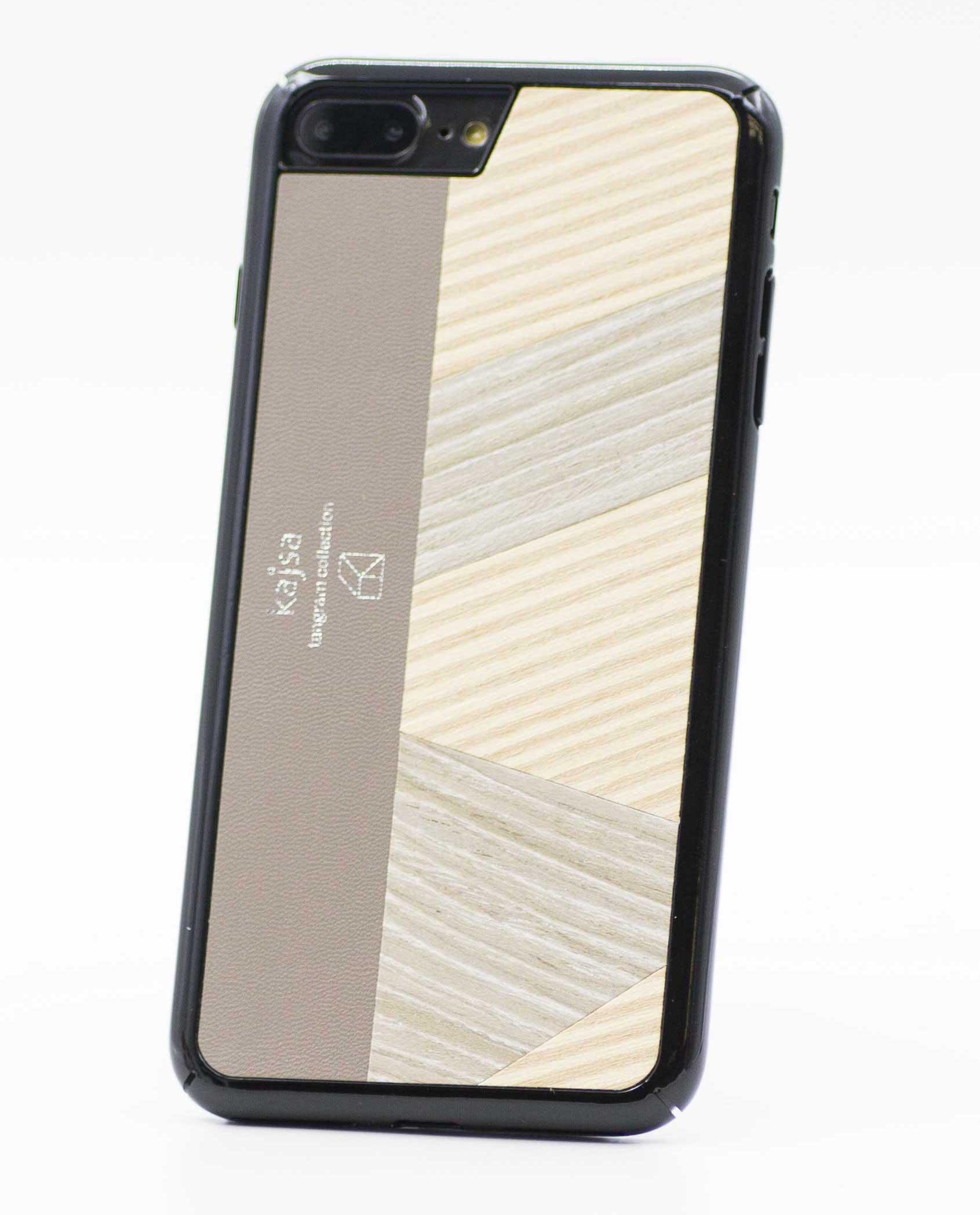 Perspektivisches Foto einer beige Schutzhülle Case aus echtem Holz kombiniert mit echtem Leder für das iPhone 8 Plus, das iPhone 8, das iPhone 7 und das iPhone 7 Plus.