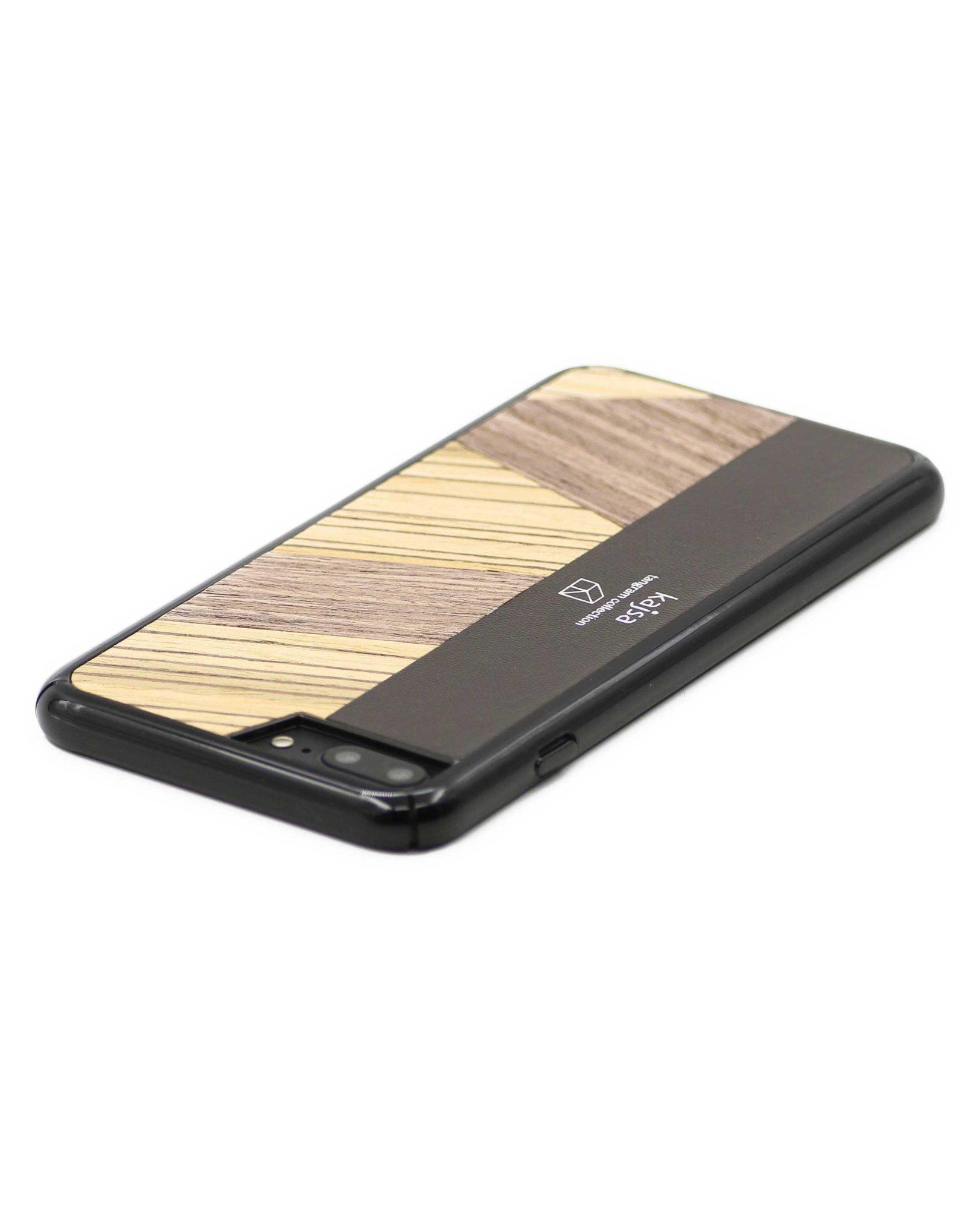Perspektivisches Foto einer braunen Schutzhülle Case aus echtem Holz kombiniert mit echtem Leder für das iPhone 8 Plus, das iPhone 8, das iPhone 7 und das iPhone 7 Plus.