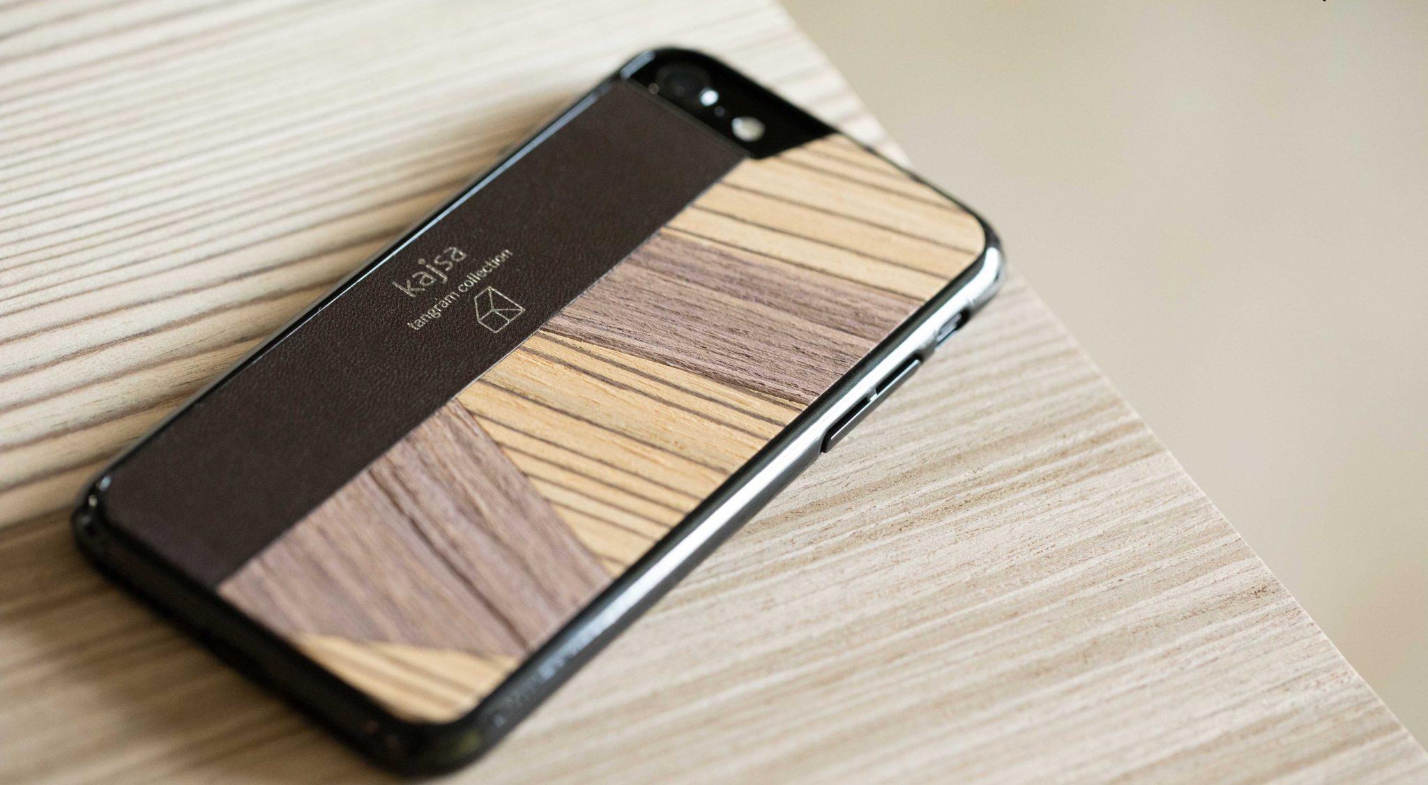 Eine Dunkelbraune Schutzhülle Case aus echtem Holz kombiniert mit echtem Leder für das iPhone 8 Plus, das iPhone 8, das iPhone 7 und das iPhone 7 Plus.