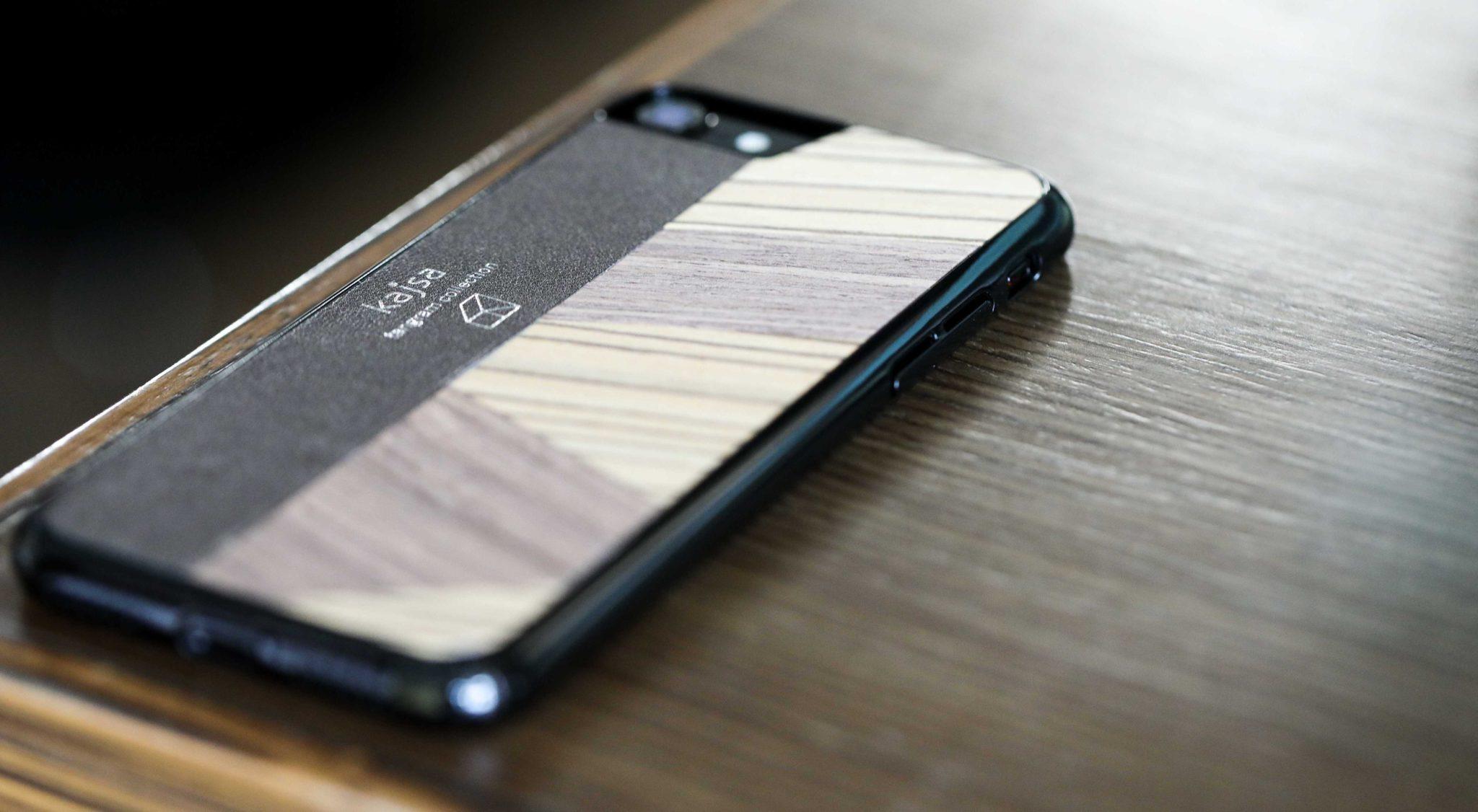 Perspektivisches Foto einer Dunkelbraune Schutzhülle Case aus echtem Holz kombiniert mit echtem Leder für das iPhone 8 Plus, das iPhone 8, das iPhone 7 und das iPhone 7 Plus.