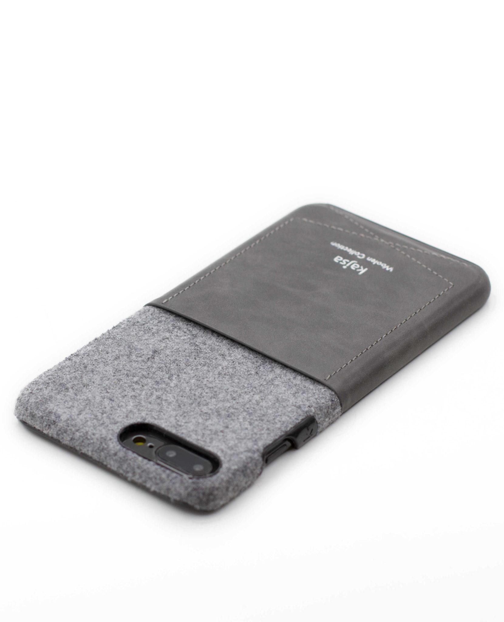 Perspektivisches Foto einer grauen Schutzhülle Case aus echter Wolle kombiniert mit Leder für das iPhone 8 Plus, das iPhone 8, das iPhone 7 und das iPhone 7 Plus.