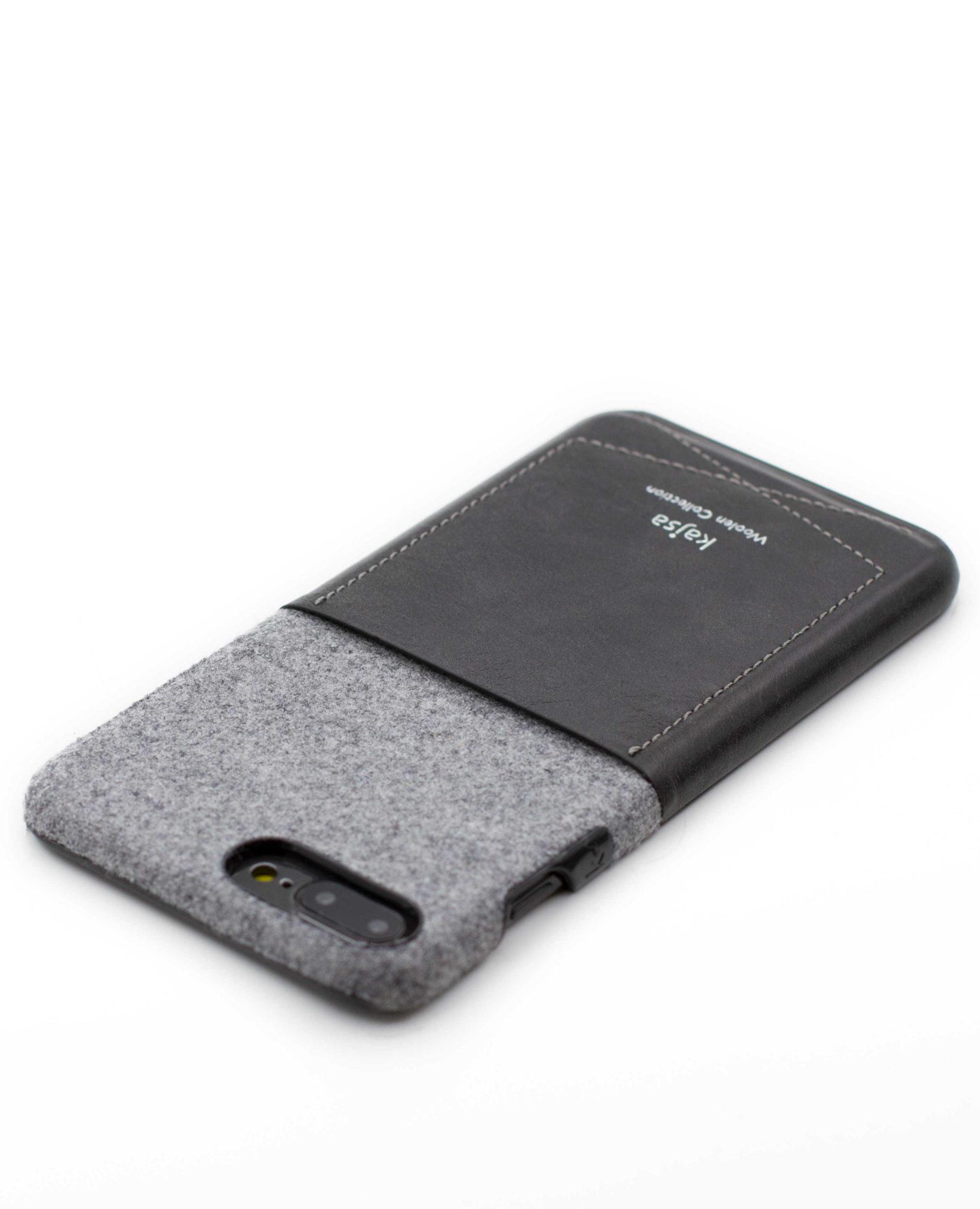 Perspektivisches Foto einer schwarzen Schutzhülle Case aus echter Wolle kombiniert mit Leder für das iPhone 8 Plus, das iPhone 8, das iPhone 7 und das iPhone 7 Plus.